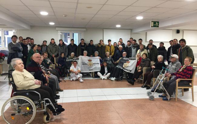 Real Unioneko futbolariek Anakako Caser Residencial egoitza bisitatu dute