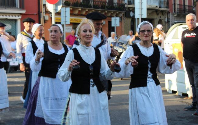 Dantza eta musikaz bete zen urtero moduan Irungo Euskal Jira