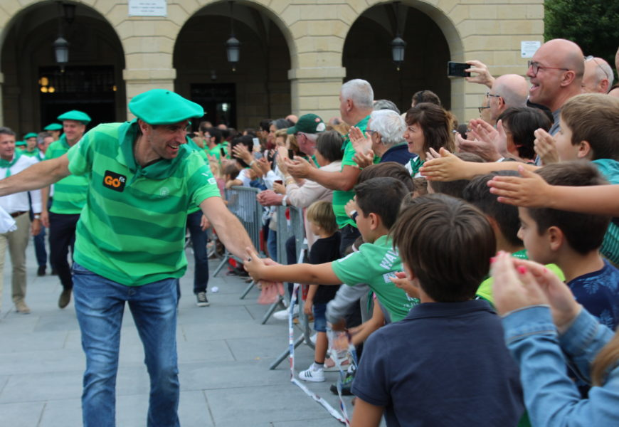 Kontxako Bandera etxera ekarri zuten Hondarribiko arraunlariek Ama Guadalupekoaren egunean