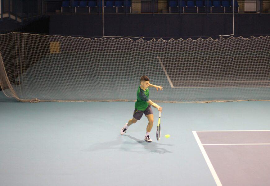 """Ibai Pérez de San Román, Euskadiko Tenis Txapelketako irabazlea: """"Euskadiko txapelketa bat irabaztea urrutiegi ikusten nuen"""""""