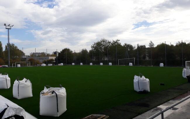 Ugalde-Kateko futbol zelai berritua kolorez betetzen hasi da