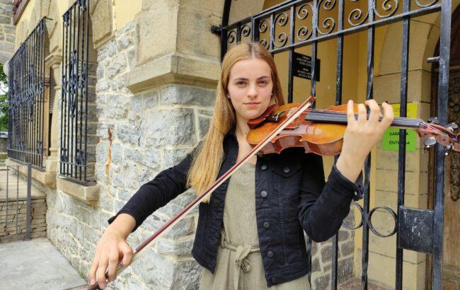 """Maitena Paillet, biolinista: """"Orkestra handietan jo ahal izatea da nire ametsa"""""""