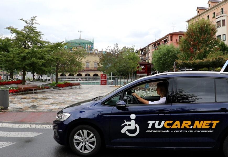 """Francisco Cornejo, Tucar.net autoeskolako arduraduna: """"Autoa %98ko desgaitasun fisikoa duten pertsonek gidatu ahal izateko egokitua dago"""""""